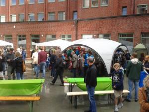 Die Gäste beim Outdoorflohmarkt des ReiseShops
